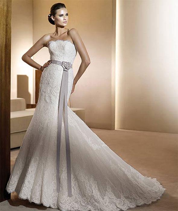 Весной-летом 2012 года будут модными простые элегантные платья практически без отделки. Юбка может быть более пышной и не очень, но никакого декора